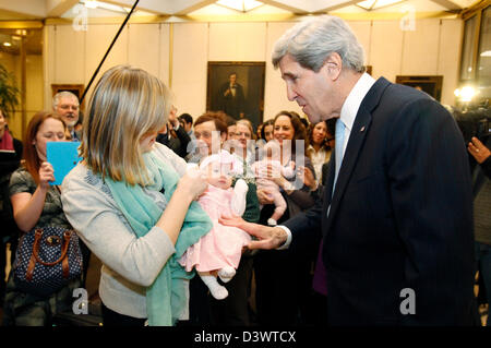 US Secretary of State John Kerry enjoys time with Embassy London staff and and their families at a Meet and Greet - Stock Photo