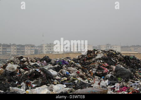Fetid rubbish piled high in Aleppo, Syria. - Stock Photo