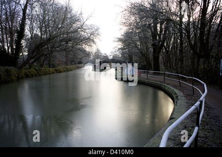 South Oxford Canal iced up at the Isis Lock winging hole, City of Oxford, Oxfordshire, Oxon, England, boat, narrowboat, - Stock Photo