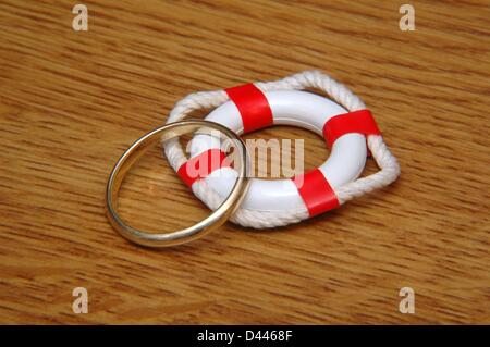 Illustration - A miniature safety buoy and a wedding ring are pictured in Berlin, Germany, 22 December 2007. Photo: Berliner Verlag/S.Steinach