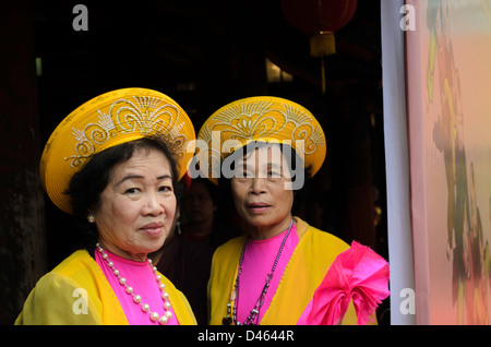 Vietnamese women in traditional dress during National Poetry Day at the Temple of Literature in Hanoi - Stock Photo
