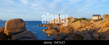 France, Brittany, Cotes d'Armor (22), Cotes de Granite Rose, Ploumanac'h, Squewel end and Mean Ruz Lighthouse - Stock Photo