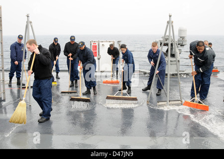 Sailors from the deck and engineering departments aboard U.S. 7th Fleet flagship USS Blue Ridge (LCC 19) clean the - Stock Photo
