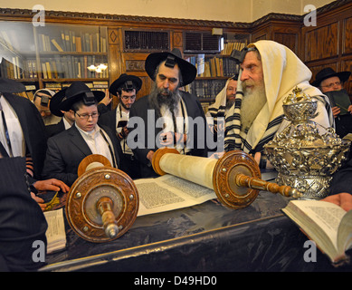 Weekday morning services in the Rebbe's office. Boy called to the Torah for his Bar MItzvah - Stock Photo