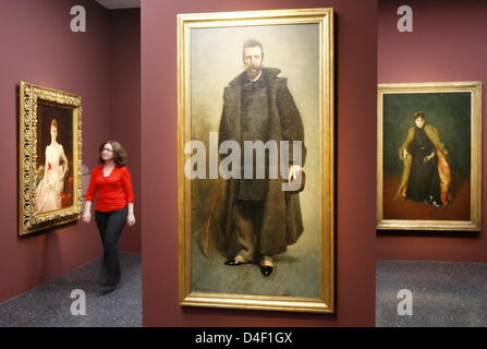 Visitors eye paintings in the exhibition 'High Society - American Portraits of the Gilded Age' at Bucerius Kunst - Stock Photo