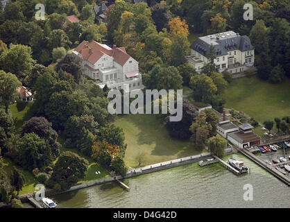 Aerial view on 'Palais Parkschloss' mansion (L) at the Wannsee lake in Berlin, Germany, 25 September 2008. Hollywood's - Stock Photo