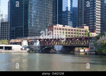 El train crossing Lake Street Bridge over the Chicago River, The Loop, Chicago, Illinois, USA - Stock Photo