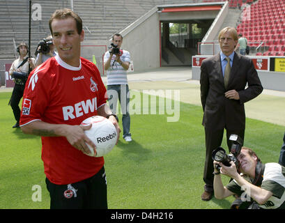 1.FC Cologne's head coach Christoph Daum (R) and new signed Portuguese international midfielder Petit (L) pose upon - Stock Photo