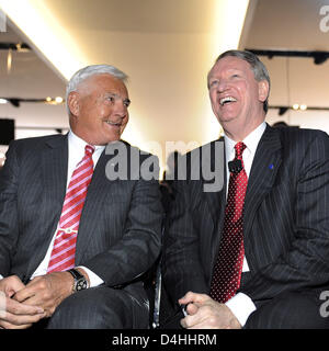 CEO of General Motors, Rick Wagoner (R), and Vice Chairman of General Motors, Bob Lutz, laugh during the North American - Stock Photo