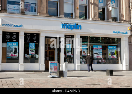 A man looking into the shop window of the Maplin (The Electronics Specialist) store in St Enoch Square in central - Stock Photo