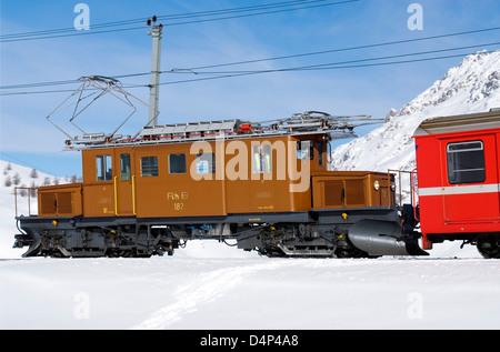 Krokodil Lokomotive der Rhaetischen Bahn am Bernina Pass, Schweiz | Crocodile locomotive, Bernina Pass, Switzerland - Stock Photo