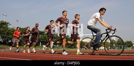 Players Thomas Hitzlsperger (2-R-2-L), Khalid Boulahrouz, Ricardo Osorio, Cacau and Christian Traesch of German - Stock Photo
