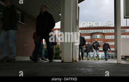 Opel employees leave the Opel factory in Bochum, Germany, 04 November 2009. Opel owner General Motors surprisingly - Stock Photo