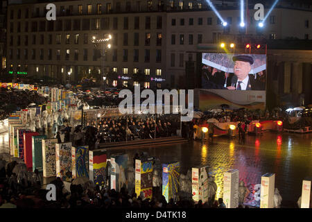 Lech Walesa, former President of Poland, speaks before toppling over domino pieces symbolizing the Berlin Wall in - Stock Photo