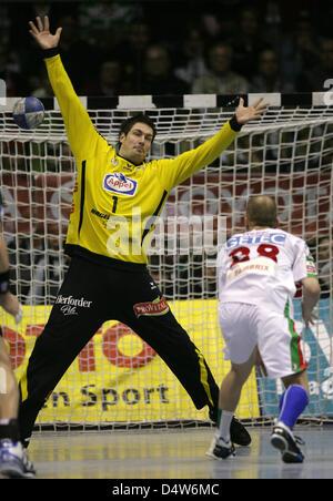 Magdeburg's Robert Weber (R) tries to score against Lemgo's goalie Carsten Lichtlein during the handball Bundesliga - Stock Photo