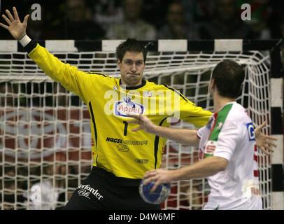 Magdeburg's Andreas Rojewski (R) tries to score against Lemgo's goalie Carsten Lichtlein during the handball Bundesliga - Stock Photo