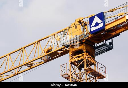 Mit einem Kran der Baufirma Hochtief wird am Freitag (17.09.2010) auf einer Baustelle im niederrheinischen Moers - Stock Photo