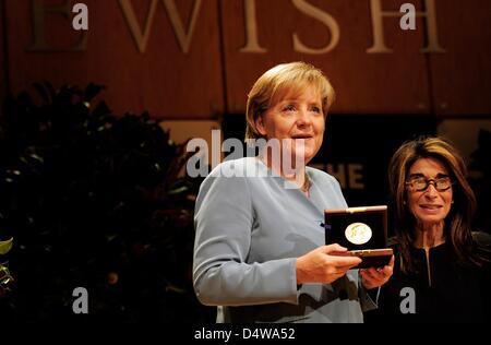 German Chancellor Angela Merkel (CDU) holds the Leo-Baeck-Medal, while standing next to director Carol Kahn-Strauss - Stock Photo
