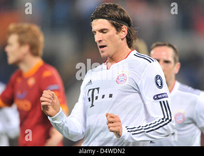 Munich's Mario Gomez (C) cheers after his 1-0 goal during the Champions League group E match between AS Roma and - Stock Photo