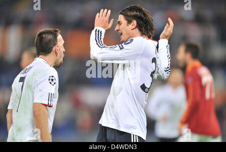 Munich's Mario Gomez (R) cheers after his 1-0 goal during the Champions League group E match between AS Roma and - Stock Photo
