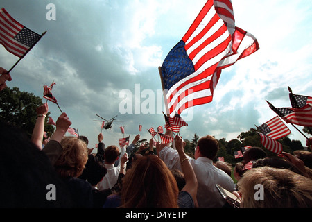 Staff members wave American flags as they gather on the South Lawn of the White House Friday, Sept. 21, 2001, as - Stock Photo
