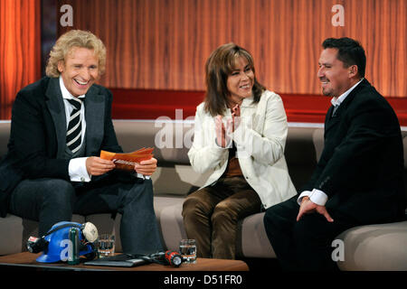 Moderator Thomas Gottschalk (L) tals to Edison Pena and his wife Angelica Alvarez during the recording of the German - Stock Photo