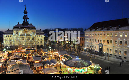The town hall is illuminated with Christmas motifs in Lueneburg, Germany, 21 December 2010. The Christmas market - Stock Photo