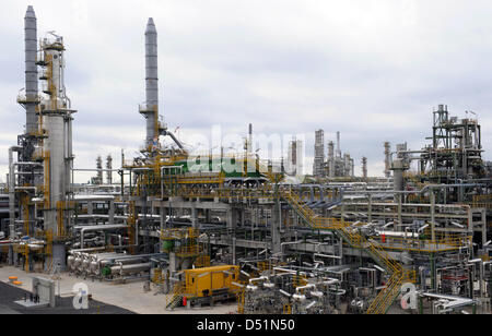 A file picture dated 30 September 2009 shows the new sulphur removal plant at the Total refinery Sperga in Leuna, - Stock Photo