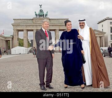 Major of Berlin, Klaus Wowereit (L), accompanies the Emir of the state of Qatar, Hamad bin Khalifa Al Thani, and - Stock Photo