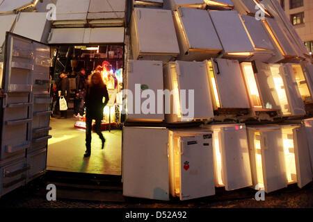 Eine Frau geht am Freitag (29.10.2010) auf dem GŠnsemarkt in Hamburg aus einem Iglu aus 322 KŸhlschrŠnken. Das meterhohe, - Stock Photo