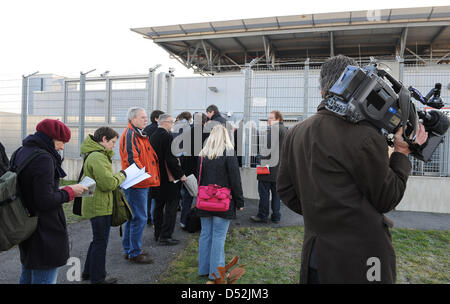 Journalists stand in front of the Higher Regional Court in Duesseldorf, Germany, 04 March 2010. The sentence in - Stock Photo