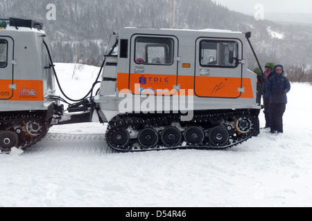 People stood by a snow cat on a back country skiing expedition in the chich chocs mountains in Parc de la Gaspesie - Stock Photo