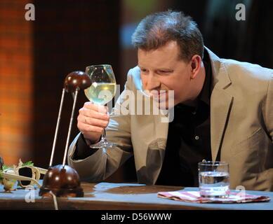 Der Wettkandidat Thorsten von Scheidts betrachtet am Samstag (27.03.2010) in der ZDF-Show 'Wetten, dass..?' in Salzburg - Stock Photo