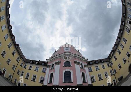 Die Benediktinerabtei in Metten (Niederbayern), aufgenommen am Mittwoch (31.03.2010). Auch in dem Kloster sind Fälle - Stock Photo