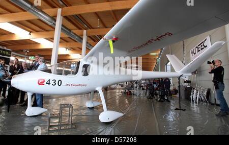 Ein Journalist  fotografiert am Mittwoch (07.04.2010) auf der AERO Friedrichshafen ein Motorflugzeug mit Elektroantrieb - Stock Photo