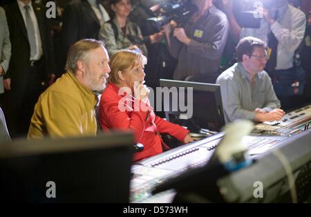 Bundeskanzlerin Angela Merkel lässt sich am  14.04.2010 auf dem Studiogelände von Warner Brothers die Postproduktion eines Kinofilms erläutern. Foto: Bundespresseamt/ Guido Bergmann