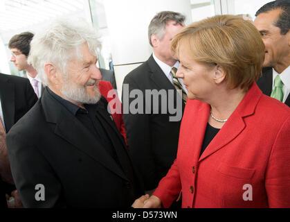 Bundeskanzlerin Angela Merkel und Opern-Regisseur Achim Freyer am 14.04.2010 bei einem Empfang auf dem Getty Center. Foto: Bundespresseamt/ Guido Bergmann