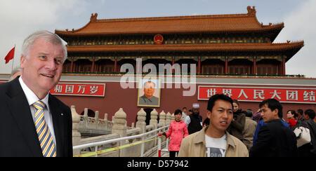 Der bayerische Ministerpräsident Horst Seehofer (CSU) steht am Dienstag (27.04.2010) in Peking (China) vor dem Eingangsportal - Stock Photo