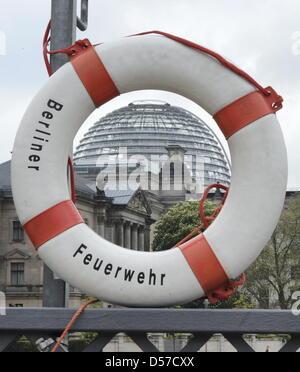 ILLUSTRATION - Durch einen Rettungsring am Spreeufer vor dem Reichstagsgebäude ist am Freitrag (07.05.2010) in Berlin die Kuppel des Reichstages zu sehen. Der Bundestag hat die Hilfen für das finanziell schwer angeschlagene Griechenland abgesegnet. Kurz nach dem Bundestag stimmte am Freitag auch der Bundesrat dem deutschen Griechenland-Rettungspaket zu. Er sieht Kreditermächtigunge