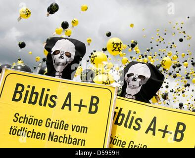Demonstrators, many of them dressed up as skeltons, let thousands of ballons go up into the sky in front of atomic - Stock Photo