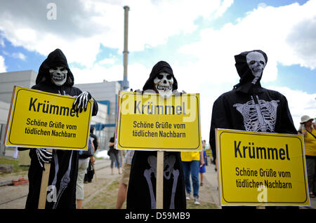 Anti-nuclear activists protest outside nuclear power plant Kruemmel, Germany, 26 June 2010. Some 300 protestors - Stock Photo