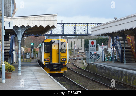 Train leaving Woodbridge railway station platform on East Suffolk Line (Ipswich-Lowestoft) - Stock Photo