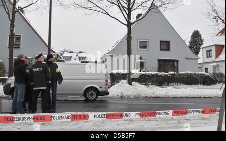Polizei steht am Montag (11.01.2010) vor einem Wohnhaus  in Bremen-Findorff, in der Garageneinfahrt wurde eine von - Stock Photo