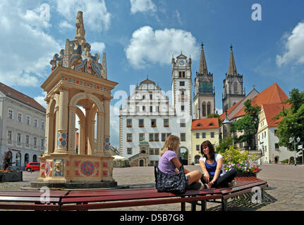 At the historic new market, two young women found an idyllic place to rest in Oschatz, Germany, 28 July 2010. Oschatz - Stock Photo