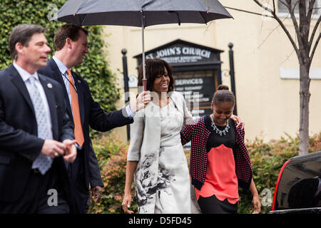 Washington DC, USA. 31st March, 2013. First Lady Michelle Obama walks with her daughter Sasha after the First Family - Stock Photo