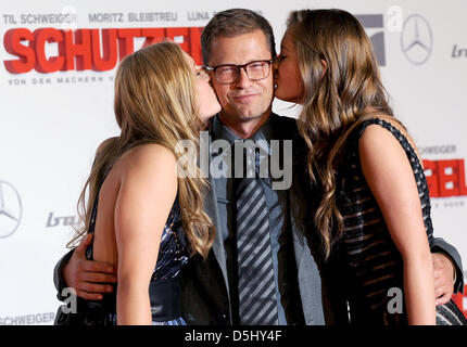 actor til schweiger receives a kiss on the cheek from his. Black Bedroom Furniture Sets. Home Design Ideas