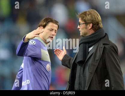03.04.2013. Malaga, Spain.  Dortmund's goalkeeper Roman Weidenfeller (L) and Dortmund's coach Juergen Klopp shake - Stock Photo