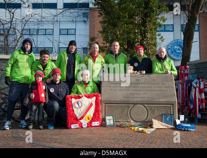 Sheffield, UK. 4th April 2013. Runners pay their respects at the memorial to those that died at Hillsborough, before - Stock Photo