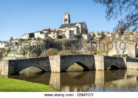 The town of Bellac and the 'Old Stone Bridge' (Vieux pont de la pierre) on the Vincou River, Haut-Vienne, Limousin, - Stock Photo