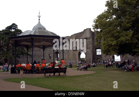 NOTTINGHAMSHIRE; NEWARK ON TRENT; ASHBY CONCERT BAND PLAYING IN THE CASTLE PARK - Stock Photo